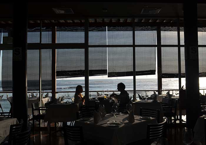 Tips for Lima in 72 Hours, 2 guests at Cala restaurant overlooking the Pacific Ocean